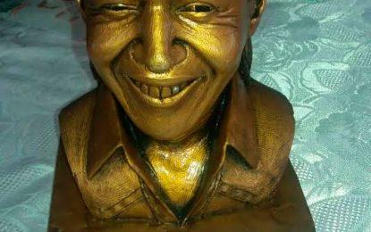 A fanática de Diomedes Díaz le enviaron de Miami un busto de 'El Cacique'