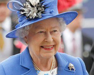 Reina Isabel II no tendría intenciones de cederle su lugar a su primogénito