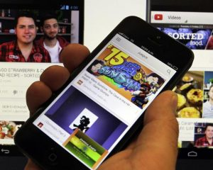 El truco para escuchar música en YouTube con la pantalla apagada