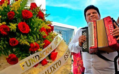 Ofrenda floral y cantos en la tumba del maestro Escalona