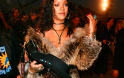 Critican a la cantante Rihanna por vestir costosos abrigos de piel