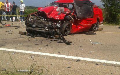 Un muerto y tres heridos deja choque de ambulancia y automóvil
