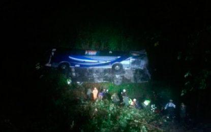 Tres muertos y más de 20 heridos deja accidente de un bus en carretera de Santander