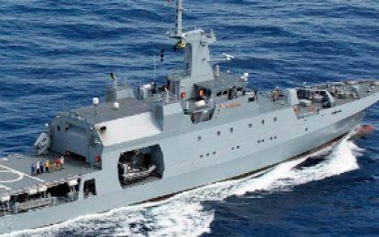 Armada rescató a 11 personas de embarcación a punto de hundirse