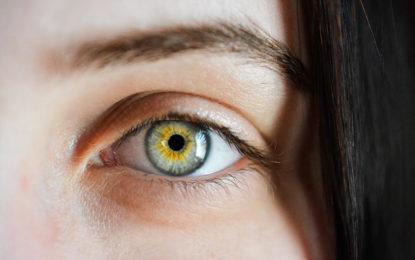 Tatuajes en los ojos, una 'moda' que puede dejarlo ciego