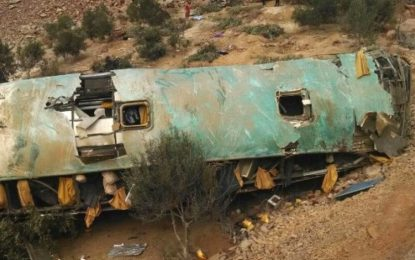 Elevan a 36 los muertos tras caer bus a un abismo en Perú