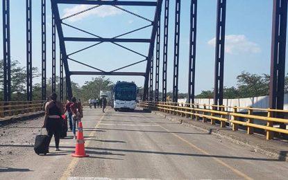 Pasajeros cruzan a pie sobre puente alterno del Simañana, tras ataques del ELN en Cesar