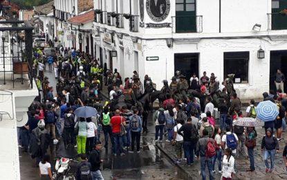 Entre protestas y aplausos fue recibido Uribe en Popayán