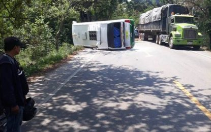 Una mujer muerta y cinco heridos en accidente de buseta de Prodeco en Cesar