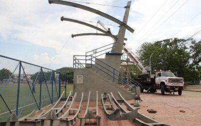 Contratistas de la cancha José Fernando Cuadrado del barrio Las Flores comenzaron la instalación de cubiertas