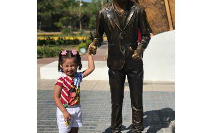 """""""¡Mi papá, mi papá!"""": así fue la emotiva visita de la hija de Martín Elías a monumento del cantante"""