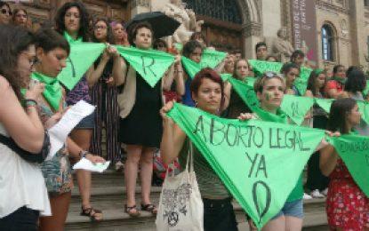 Senado argentino debate legalización del aborto rodeado de miles de mujeres