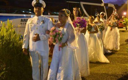 Emotiva ceremonia de matrimonio colectiva en la Fuerza Naval del Pacífico