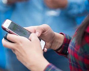 7 de cada 10 adolescentes colombianos revisan su celular antes de levantarse