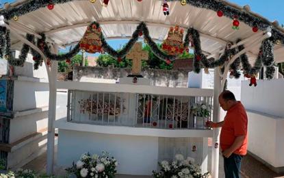 Padre de Luis Andrés Colmenares decora de Navidad la tumba de su hijo
