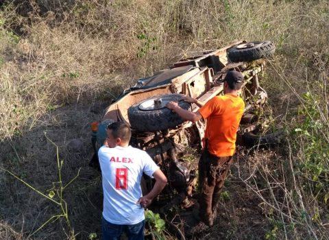 Dos personas muertas y 15 heridos tras caer  vehículo a un abismo en Media Luna, Cesar