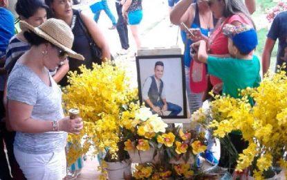 Ofrenda floral en los dos años de la muerte del Gran Martin Elías
