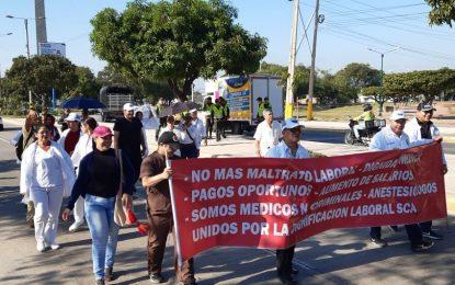 Médicos en Valledupar 'celebran' su día marchando, por falta de pago