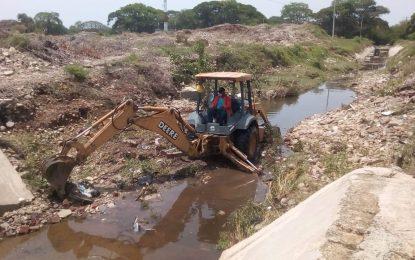 Limpian en Valledupar canales de aguas de lluvias para evitar inundaciones