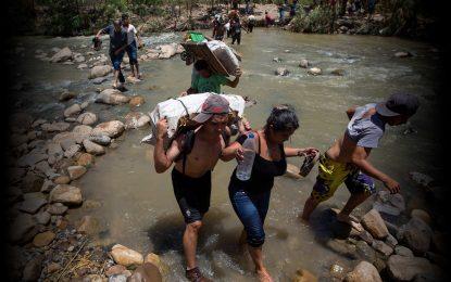 Gobierno de Maduro amenaza con meter presos a venezolanos que crucen frontera por trochas