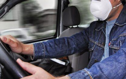 Si va solo en su vehículo, no es obligatorio usar tapabocas