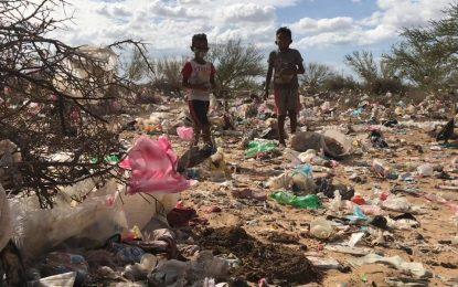 !Increible¡ Niños wayúu comen los desperdicios que encuentran en la basura