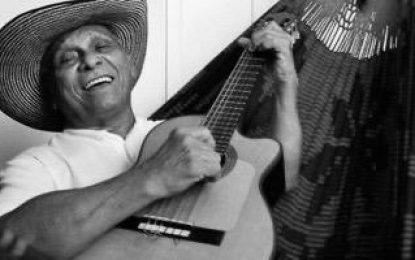 A sus 80 años: el gran Adolfo Pacheco recibe el más bello homenaje reclinado en su 'Hamaca Grande'