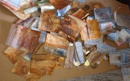 [Fotos] Mujer pierde todos sus ahorros porque monedas se oxidaron y dañaron los billetes