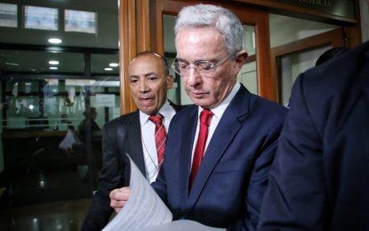 Álvaro Uribe confundió la bandera del Cric con la del Eln