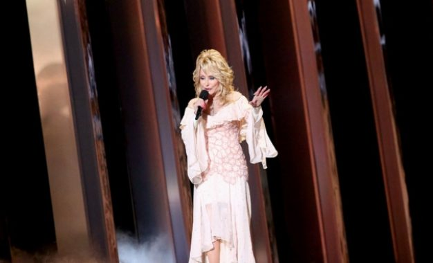 Dolly Parton, a sus 75 años, recreó su icónica foto de Playboy
