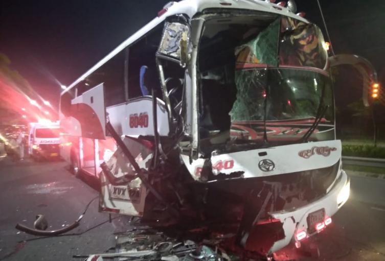 Por un yogurt, bus chocó contra tractocamión en Barranquilla - Noticias de Colombia