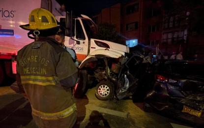 Carro recolector de basura sin frenos chocó 26 vehículos y causó 25 heridos en Medellín